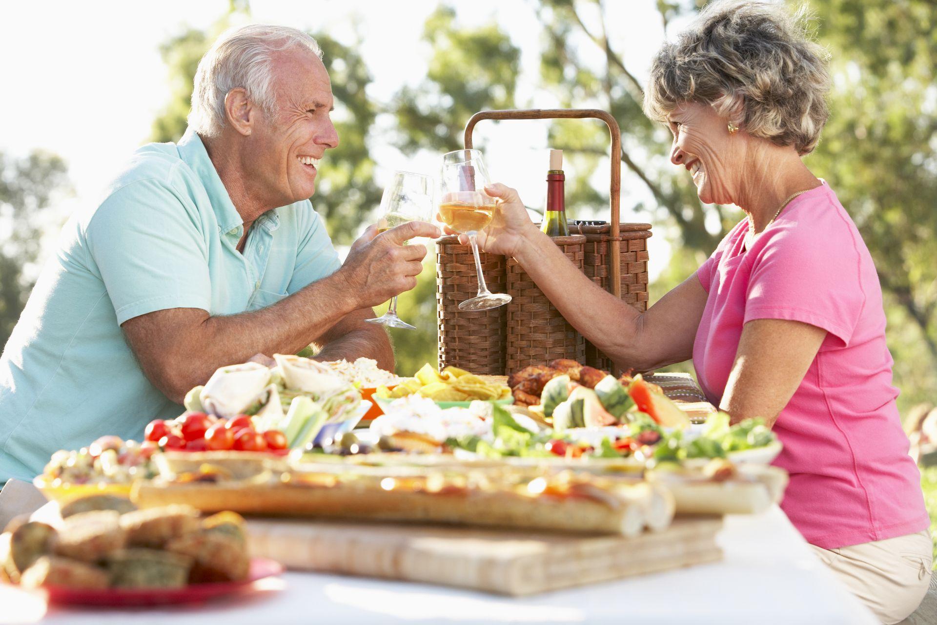 Dieta dla seniora bogata w sterole roślinne obniżające wysoki poziom złego cholesterolu, tłuszcze roślinne, warzywa i owoce z potasem i kwasy omega-3 i 6.