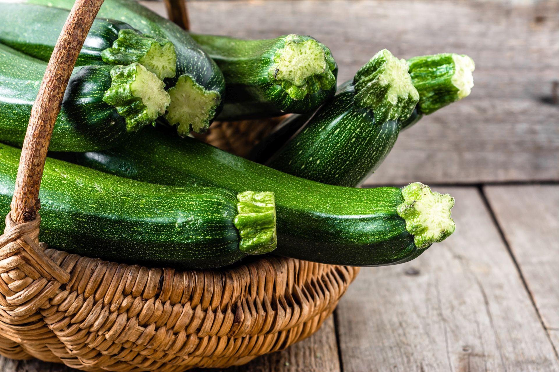 Dieta dla serca powinna być bogata w polifenole, wartościowe składniki odżywcze i witaminy, które zawierają zielone warzywa - poznaj przepisy na lekkostrawne dania z cukinii, takie jak frytki z cukinii, faszerowana cukinia czy leczo z cukinii.
