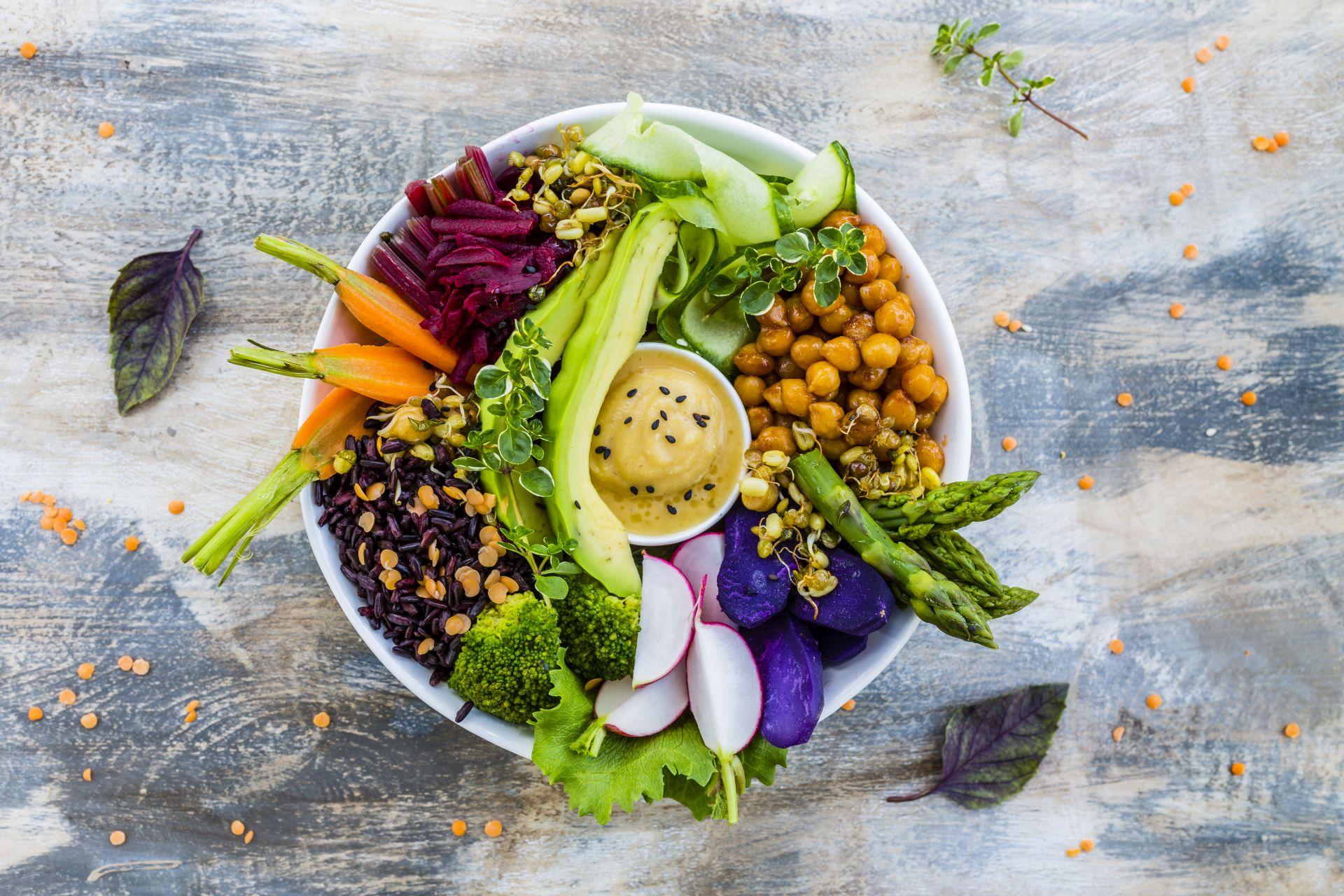 Dieta na otyłość brzuszną powinna opierać się na lekkich daniach i przekąskach, zawierających składniki pozytywnie wpływające na zmniejszenie poziomu cholesterolu (sterole roślinne), regulacji ciśnienia krwi (potas) oraz świeżych warzywach i zdrowych tłuszczach.