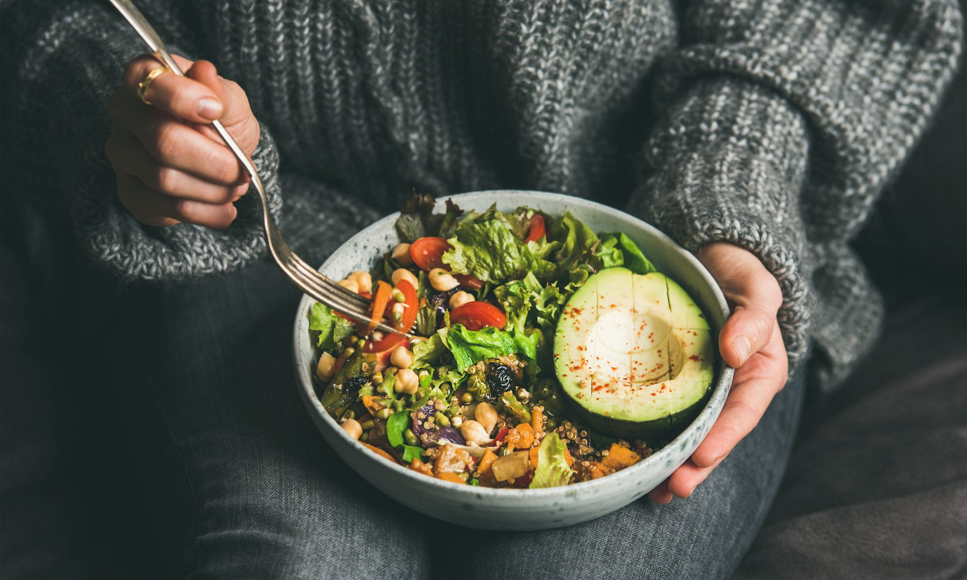 Niski indeks glikemiczny produktów spożywczych - dieta powinna być bogata w warzywa, owoce, orzechy, nasiona, chudy nabiał, rośliny strączkowe i grzyby o niskim indeksie glikemicznym.