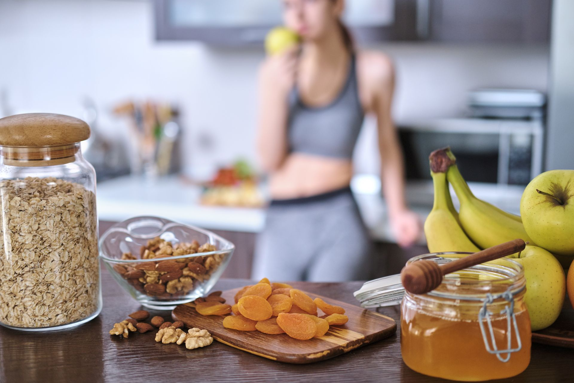 Dieta sportowca powinna opierać się na zbilansowanych posiłkach, bogatych w witaminę K i D oraz podstawowe składniki odżywcze. Komponuj dietę dla aktywnych zgodnie z piramidą lub talerzem żywienia!