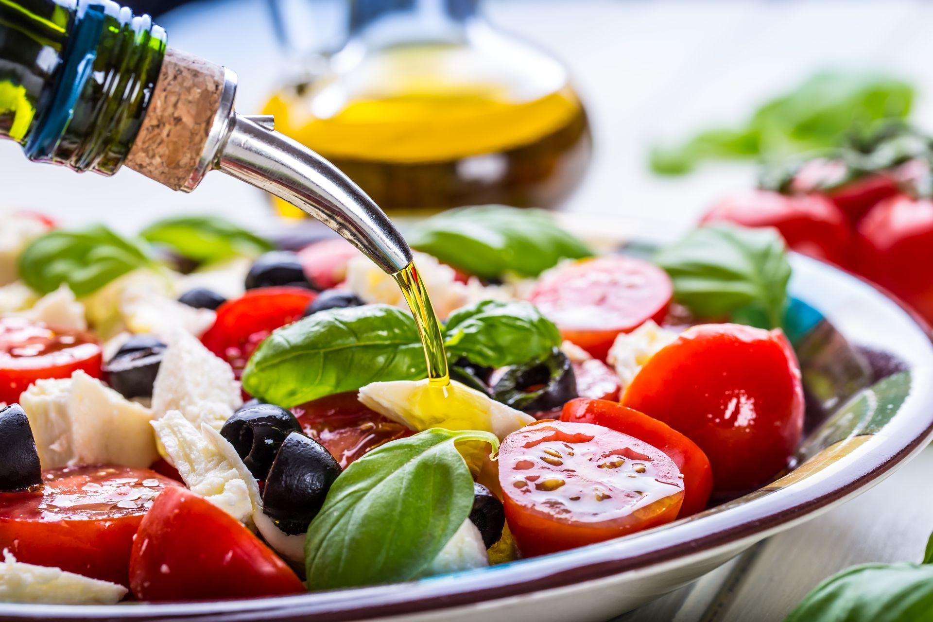 Dieta śródziemnomorska - zasady, jadłospis obejmujący produkty roślinne, zdrowe tłuszcze, nasiona i ziarna, produkty zbożowe - wspiera pracę serca, profilaktykę obniżania cholesterolu i wzmocnienia organizmu.