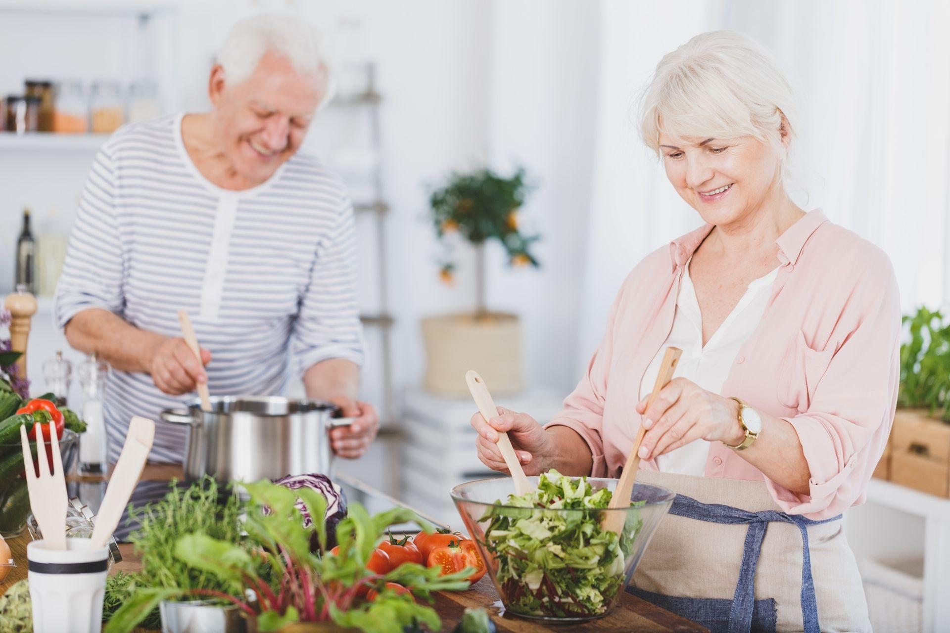 Hipercholesterolemia - dieta warta zastosowania to wdrożenie steroli roślinnych, zdrowych tłuszczów, warzyw, owoców i błonnika.