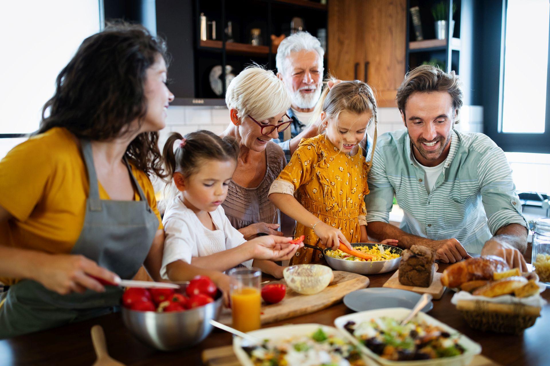 Jak wspierać bliskich chorujących na serce? Dieta oparta na zbilansowanych składnikach wspierających obniżanie cholesterolu lub wzmacniające pracę serca oraz wspólna aktywność fizyczna mogą być rozwiązaniem.