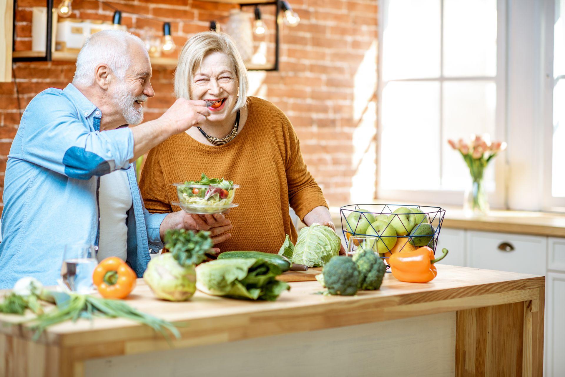 Jadłospis dla seniora oparty na tłuszczach roślinnych, sterolach roślinnych, potasie, kwasach Omega-3 i -6 oraz błonniku to klucz do zdrowej i zbilansowanej diety osób starszych,