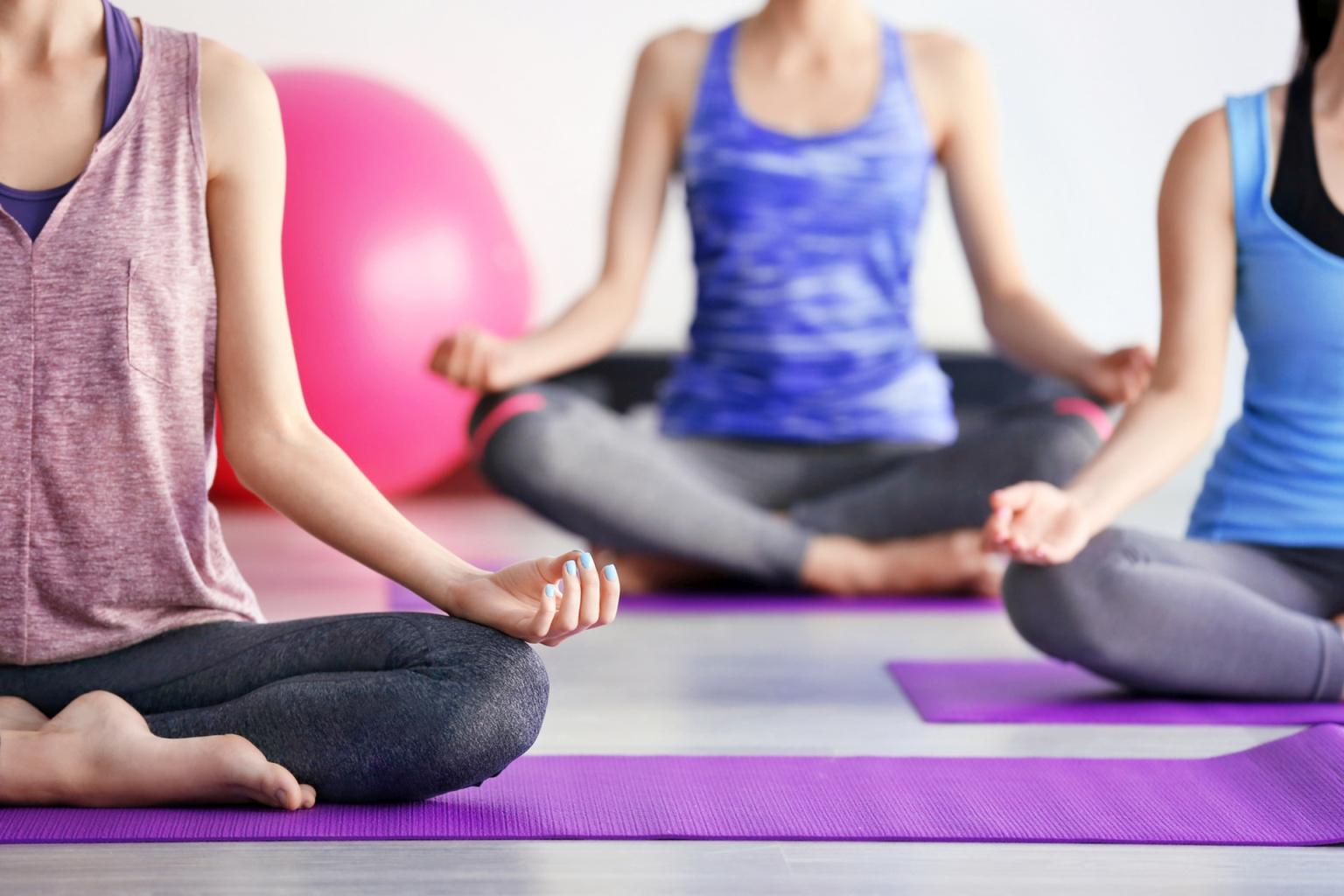 Joga - ćwiczenia dla początkujących bez kondycji, które niwelują stres, a w połączeniu ze zbilansowaną dietą bogatą w sterole roślinne oraz witaminę K i D wspierają obniżanie cholesterolu oraz wzmacniają kości i stawy.