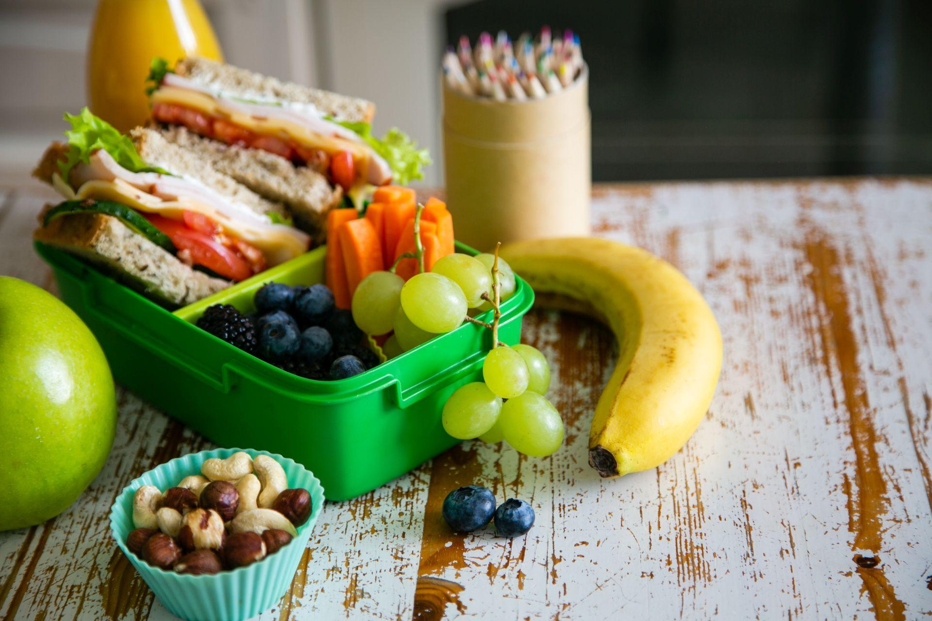 Przykładowy lunch do szkoły? Kanapki z ciemnego pieczywa posmarowane margaryną Optima Neuro z kwasami DHA, które wpływają na wzrok, rozwój intelektualny i pamięć, ser żółty lub biały, chude mięso, porcja warzyw, a na deser - owoce i orzechy.