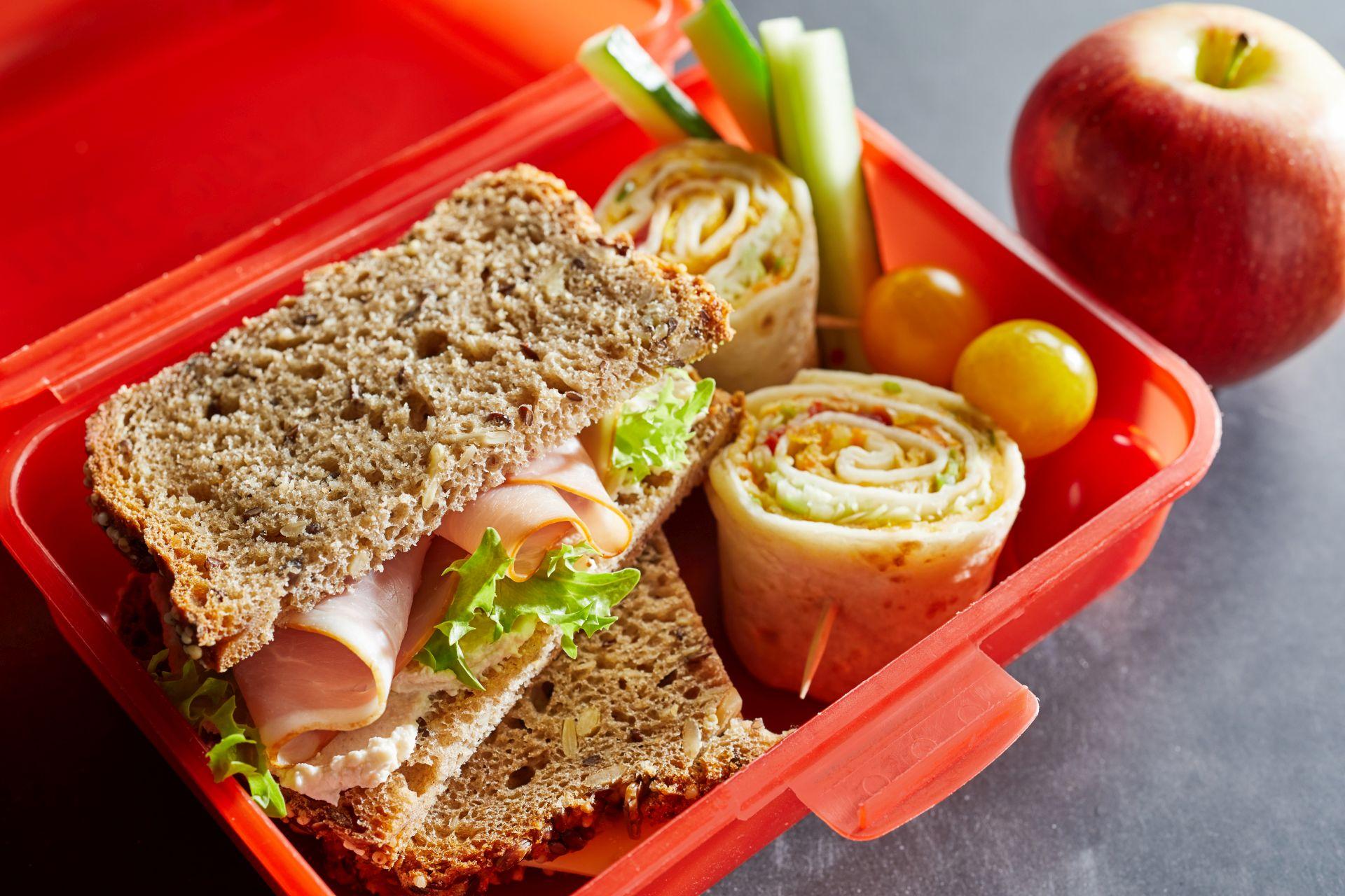 Co wybrać na lunch do szkoły? Zbilansowane posiłki do szkoły pozytywnie wpłyną na rozwój intelektualny dziecka, pamięć i koncentrację oraz wzrok.