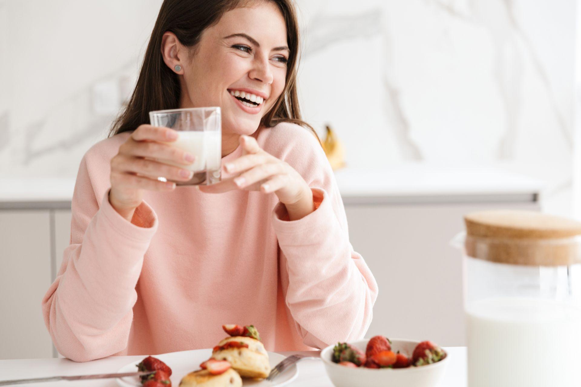 Nietolerancja laktozy i uczulenie na nabiał to dolegliwości, których objawy trudno rozróżnić - zastosuj dietę eliminacyjną i wzbogacaj jadłospis roślinnym źródłem wapnia.