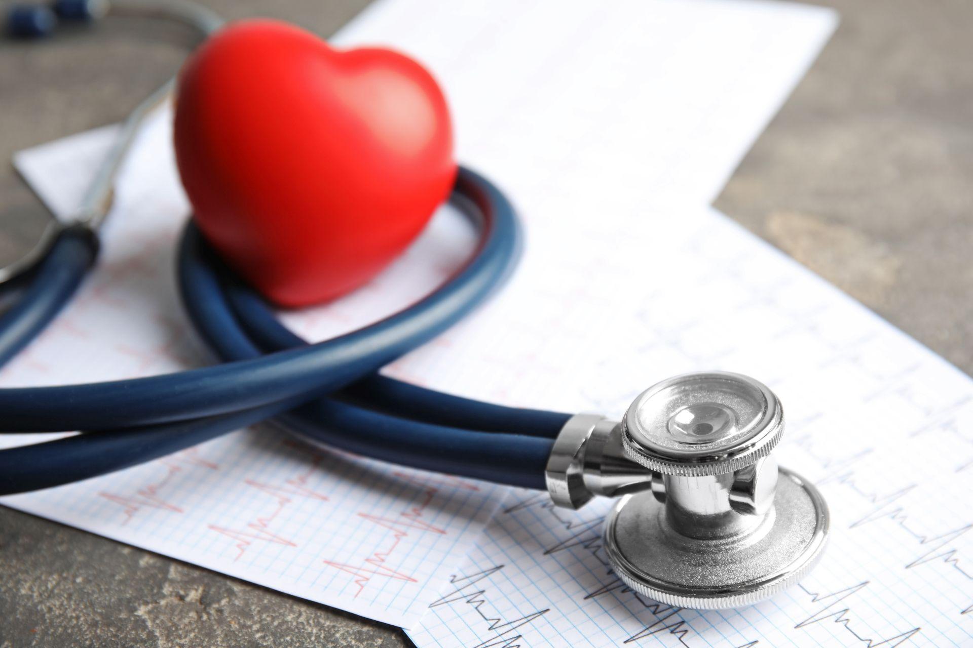 Niewydolność serca - przyczyny, takie jak nadciśnienie tętnicze czy przebyty zawał serca i niepokojące objawy mogą zagrażać życiu.