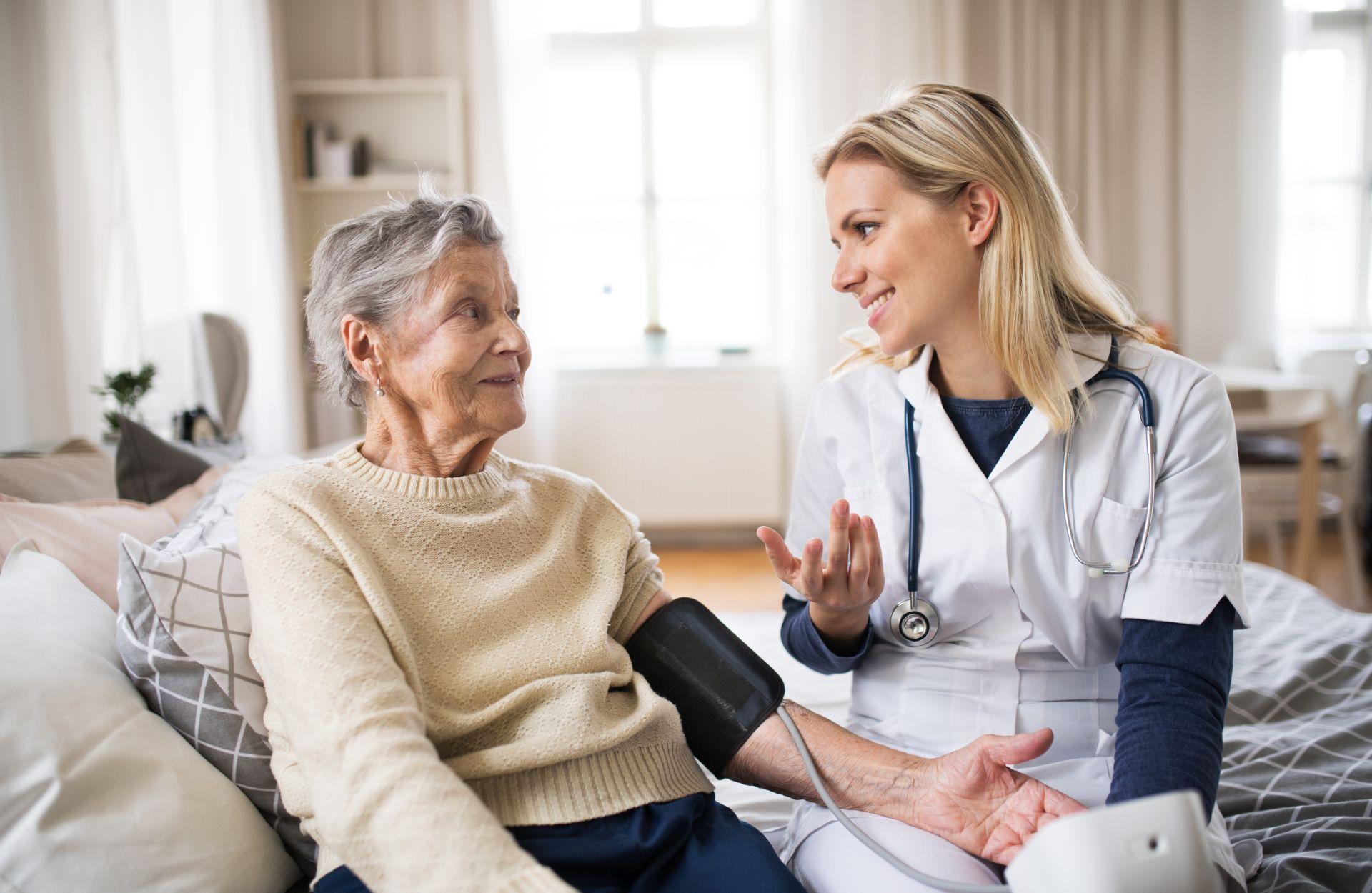 Niewydolność serca - przyczyną może być choroba wieńcowa, przebyty zawał serca, nadciśnienie tętnicze, wrodzone wady serca, ale również nadużywanie używek i nieprawidłowy styl życia.