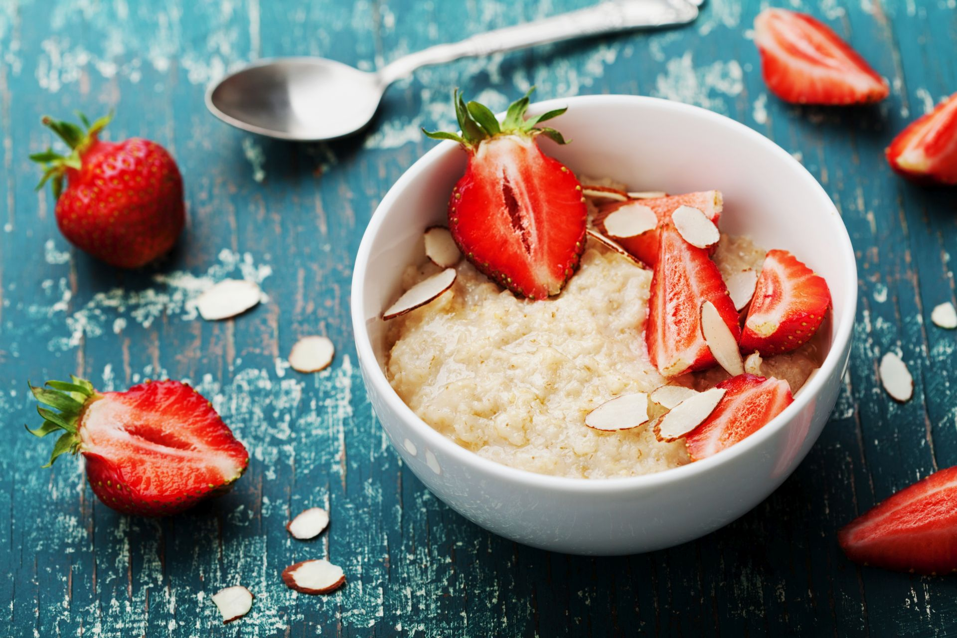 Owsianka z truskawkami to sposób na zdrowe śniadanie - zawartość witaminy C i antyoksydantów w truskawkach pomaga zapobiegać miażdżycy, zakrzepom, wysokiemu poziomowi cholesterolu oraz wzmacniać odporność.