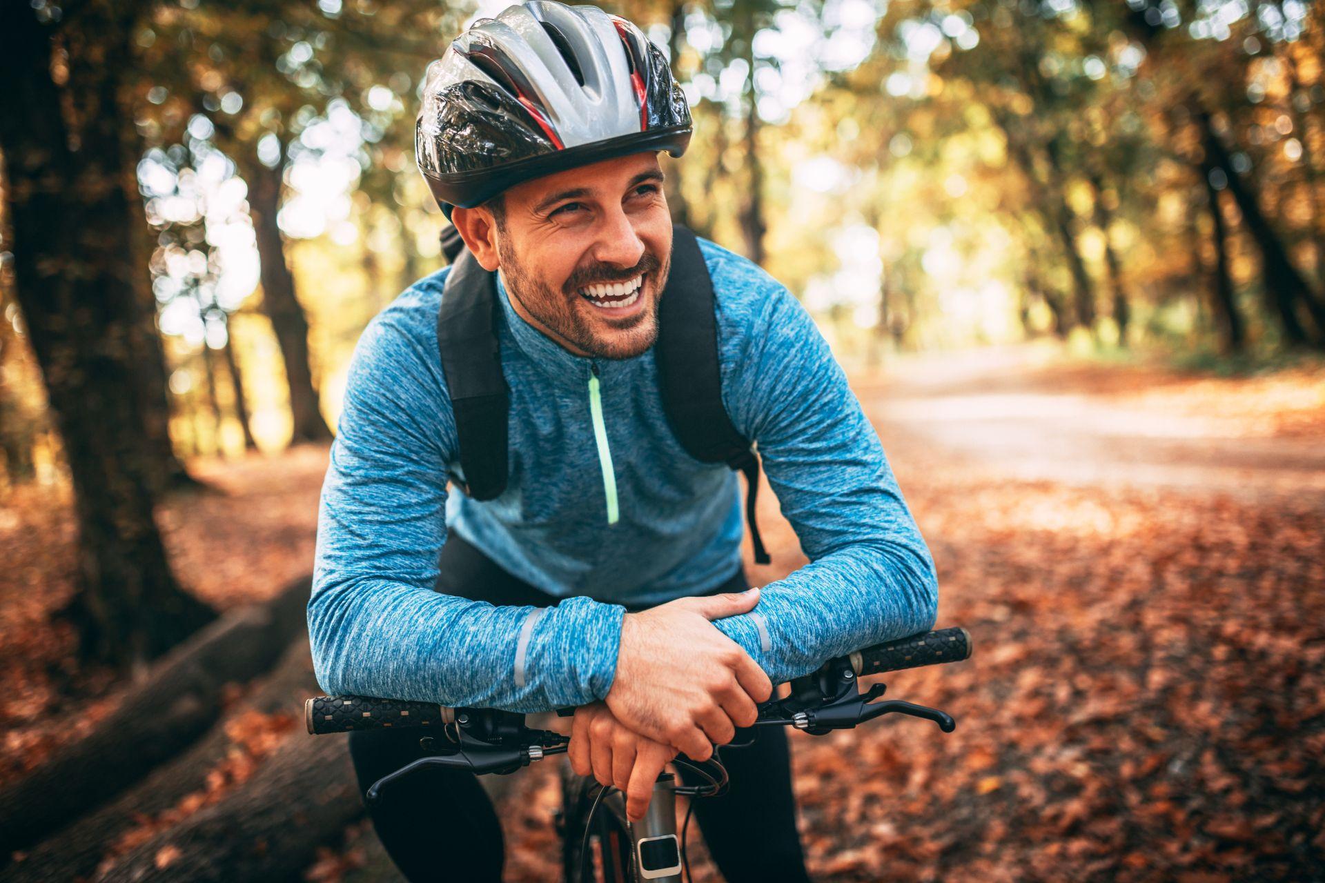 Umiarkowana aktywność fizyczna i ćwiczenia dla początkujących bez kondycji powinna iść w parze ze zdrową i zbilansowaną dietą, bogatą w składniki wspierające odporność i wzmacniające kości oraz stawy - witamina K i D.
