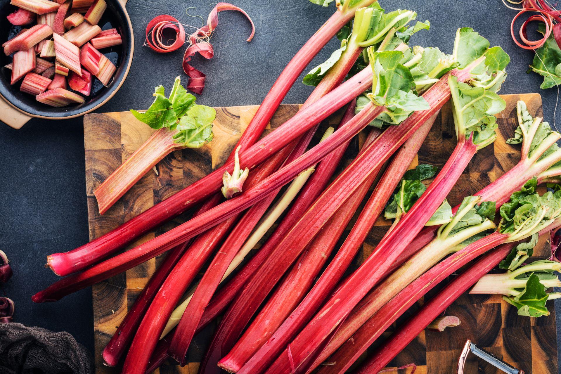 Sezon na rabarbar- przepisy z rabarbarem bogatym w witaminy, błonnik i potas