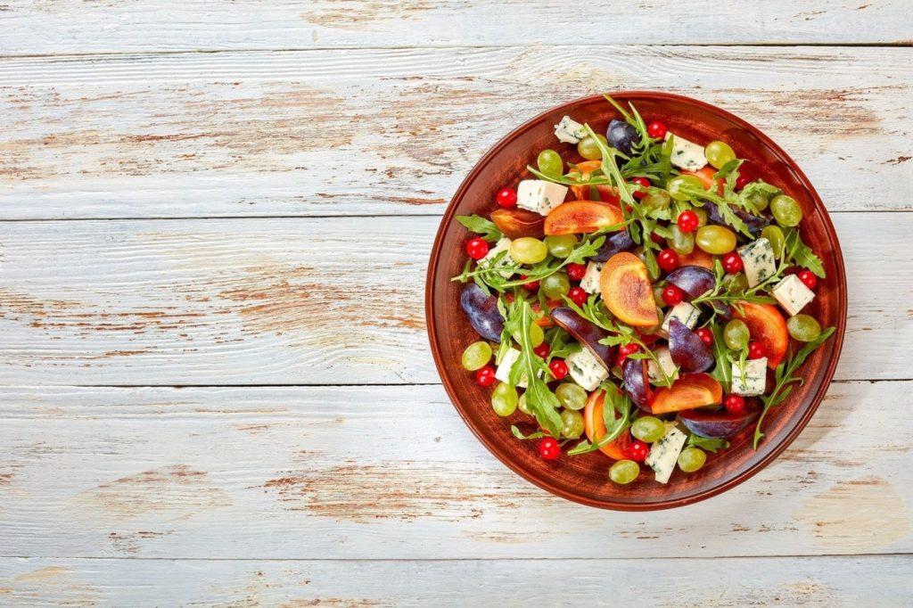 Przepis na sałatkę z winogron to lekkostrawne danie idealne na letnie dni - sycące, pełne witamin i wartościowych składników odżywczych.