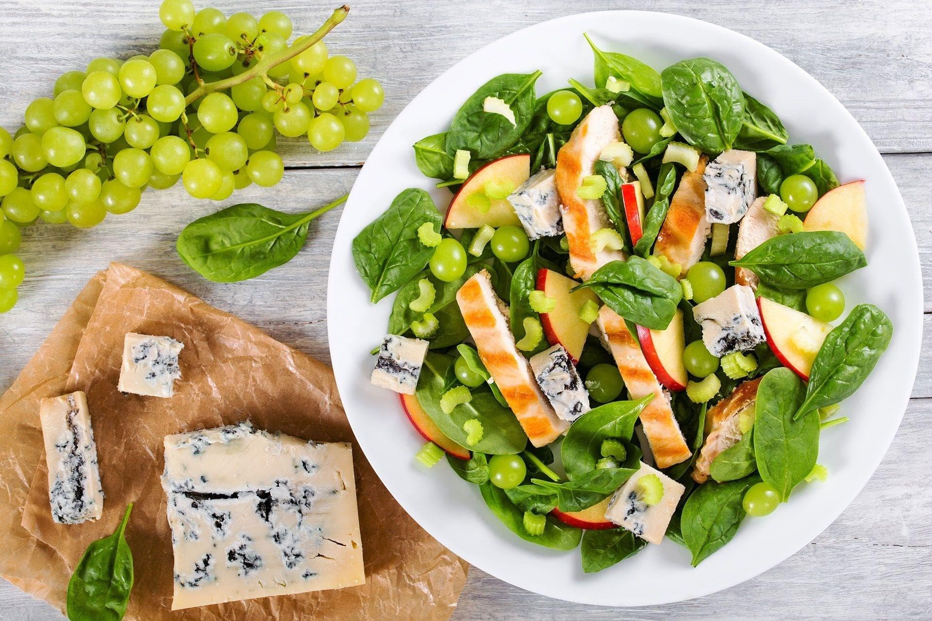 Sałatka z winogron - przepis na sycące i lekkie danie, pełne wartości odżywczych.
