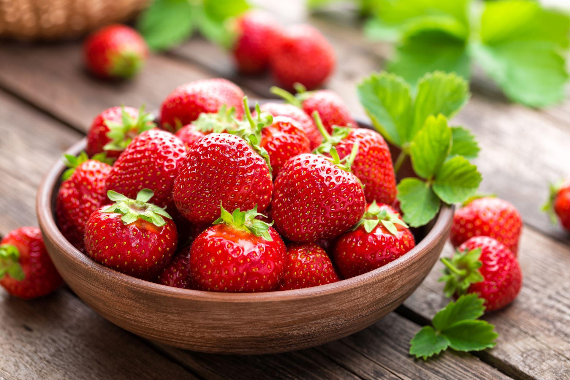 Sezon na truskawki - owoce pełne witaminy C i polifenoli, które wspomagają pracę serca, obniżanie cholesterolu i ryzyko chorób serca.