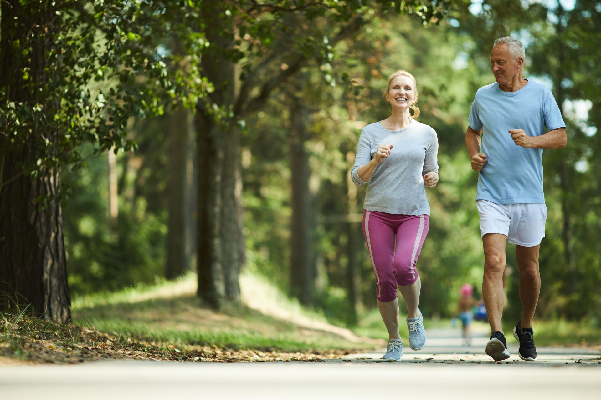 Slow jogging - ćwiczenia dla początkujących bez kondycji warto połączyć ze zdrową dietą wspierającą treningi - zadbaj o składniki odżywcze, takie jak witamina K i D, które wspierają odporność organizmu oraz dbają o zdrowe kości i stawy.