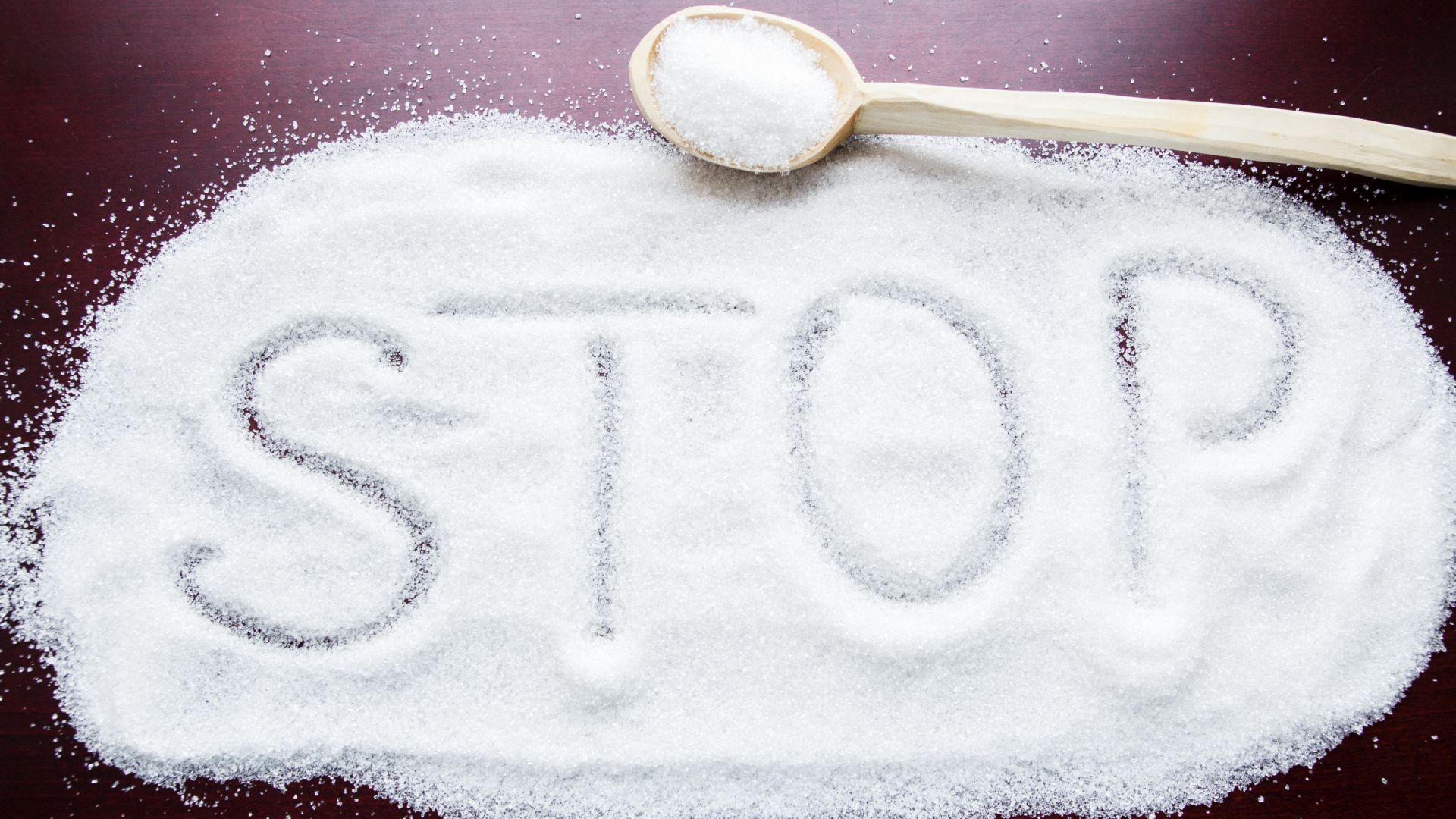 Spożycie soli kuchennej w diecie przy nadciśnieniu powinno być ograniczone do minimum - wybieraj produkty bogate w potas, warzywa i chude mięso.
