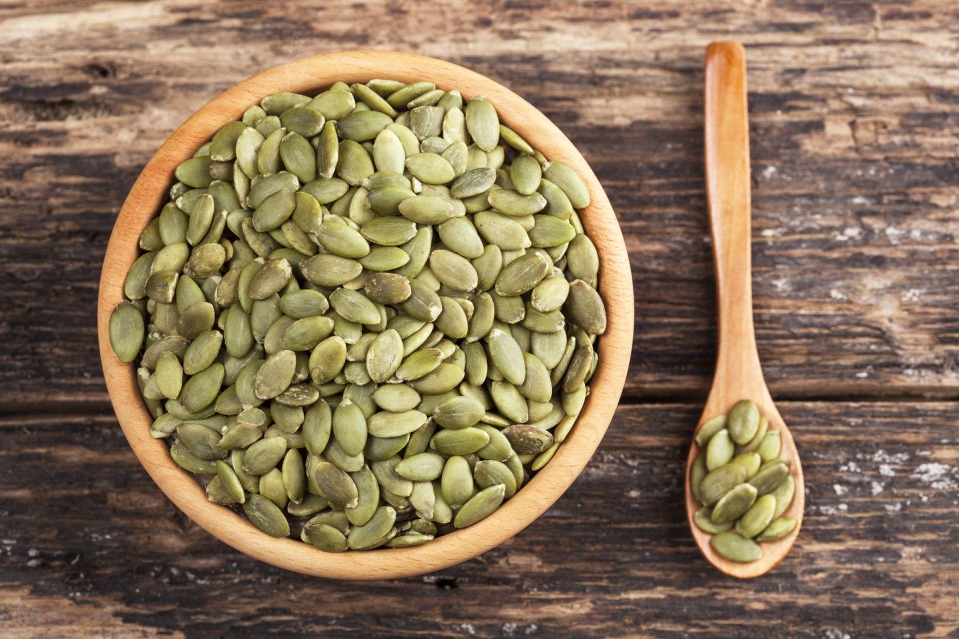 Pestki, nasiona i niektóre oleje roślinne to źródło niewielkiej ilości steroli roślinnych - jak obniżyć cholesterol? Wprowadź zdrowy styl życia, zbilansowaną dietę i żywność funkcjonalną ze sterolami roślinnymi.