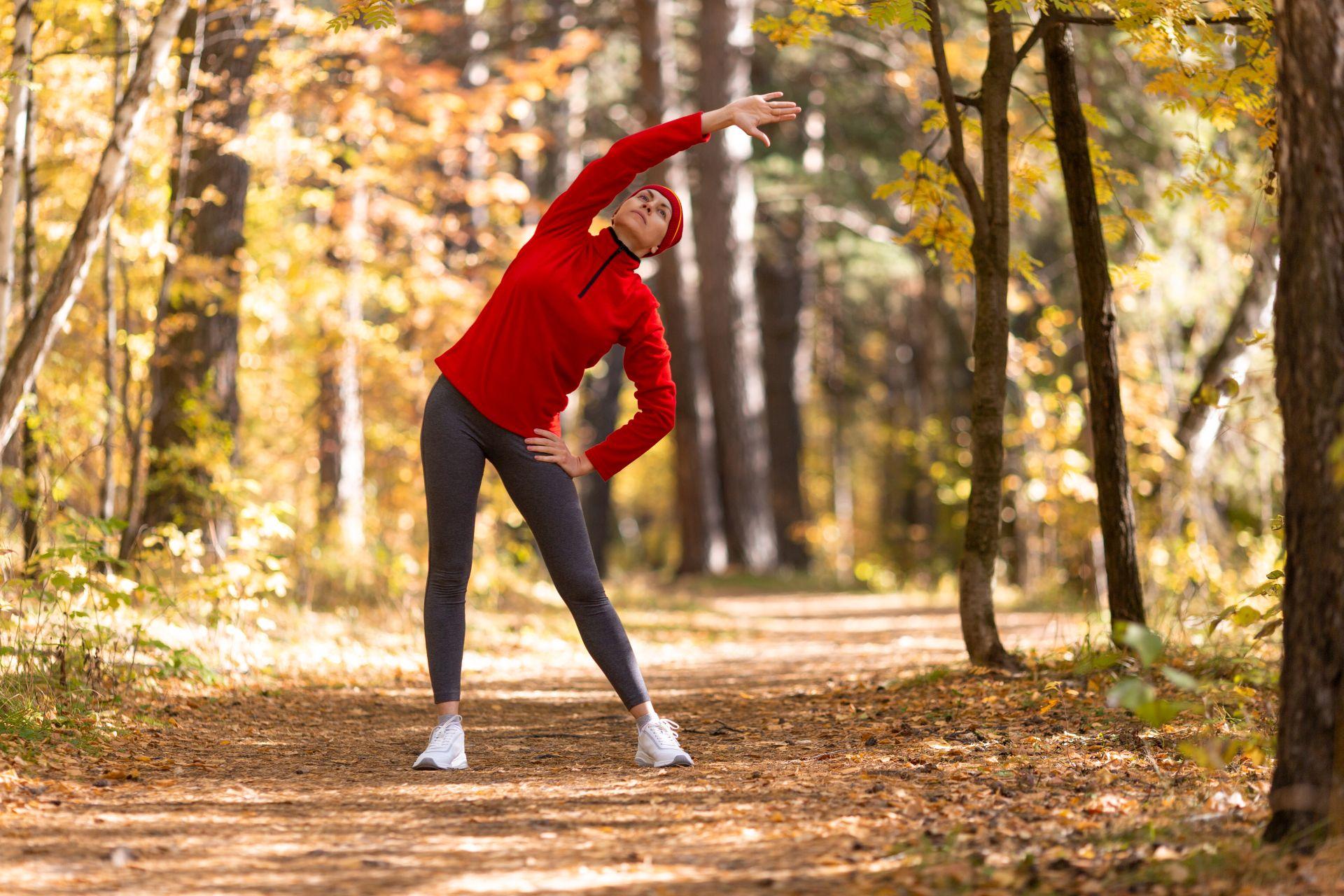 Zadbaj o prawidłową rozgrzewkę przed treningiem, dzięki czemu minimalizujesz ryzyko kontuzji i problemów podczas treningu - wdrażaj zdrową dietę dla biegacza wspierającą stawy i kości, zbilansowane posiłki bogate w witaminę K i D.