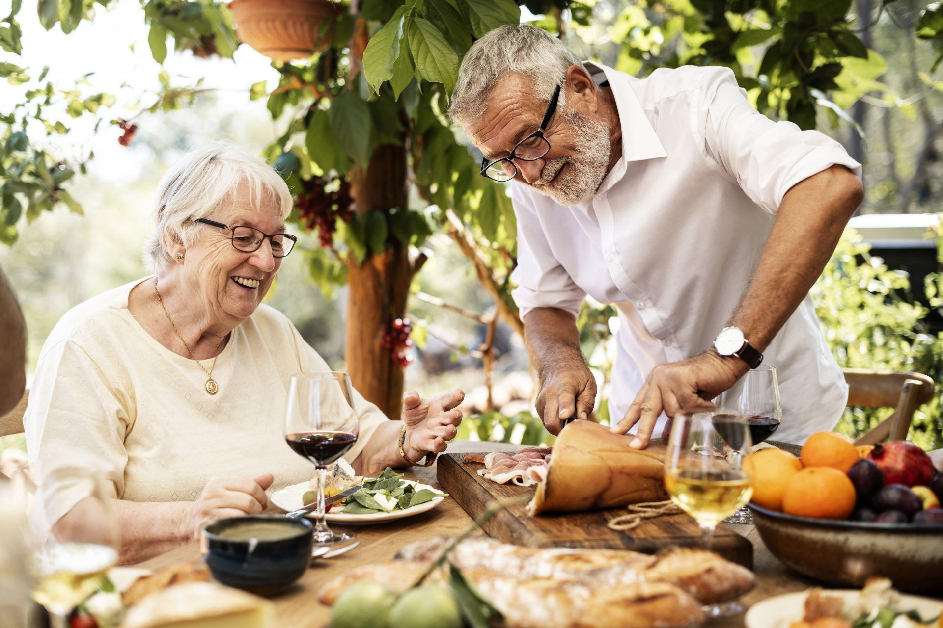 Aktywność fizyczną połącz ze zbilansowaną dietą, bogatą w tłuszcze roślinne i produkty nisko przetworzone. Jakie zasady zdrowego stylu życia powinieneś znać? Sprawdź!