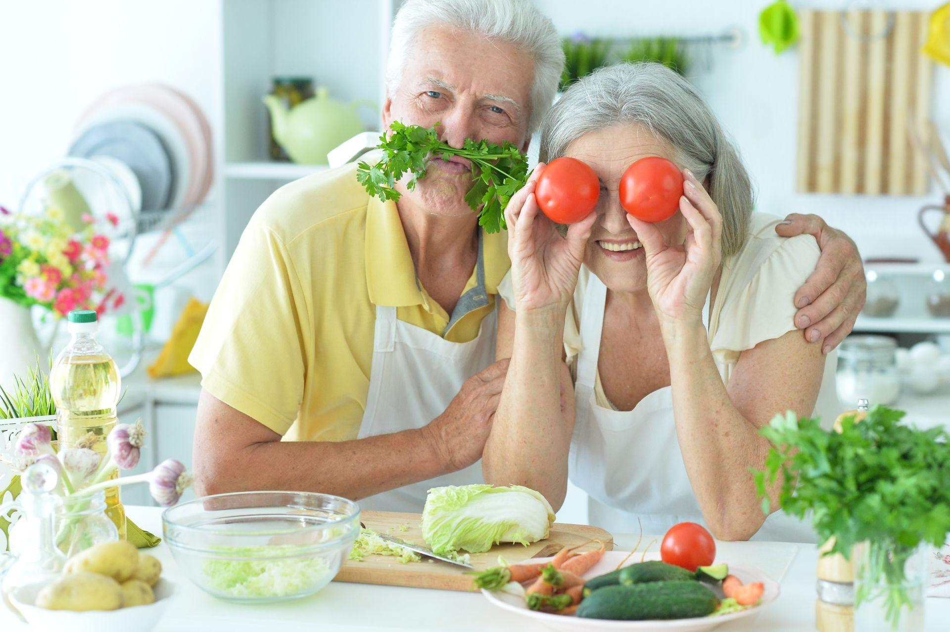 Dieta i ćwiczenia dla seniora wspomagają zachowanie zdrowego stylu życia, a tym samym - wspierają pracę serca, profilaktykę obniżania cholesterolu oraz zachowanie dobrej kondycji fizycznej i psychicznej, nawet w czasie pandemii.