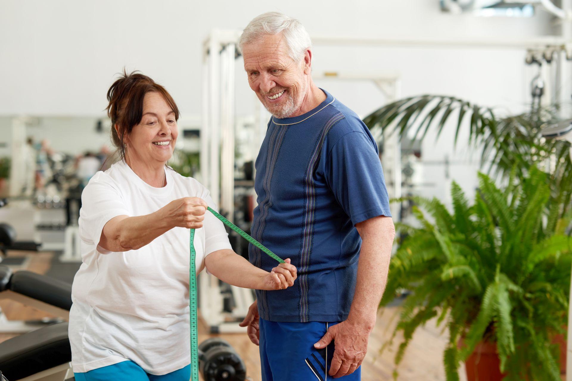 Jak ćwiczyć bezpiecznie? Zadbaj o prawidłową rozgrzewkę, skonsultuj wybór sportu z lekarzem oraz wdrażaj zdrowe posiłki - dieta sportowca bogata w witaminę K i D wspiera odporność oraz kości i stawy.
