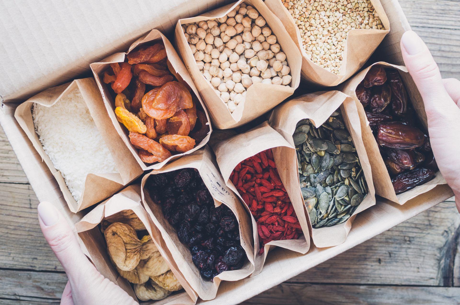 Zdrowe zakupy to podstawa - wybieraj zdrowe tłuszcze pochodzenia roślinnego o niskim stopniu przetworzenia. Postaw na zdrowe orzechy, miękkie margaryny prozdrowotne, nasiona i pestki. Sprawdź, jak kupować świadomie i czytać etykiety.