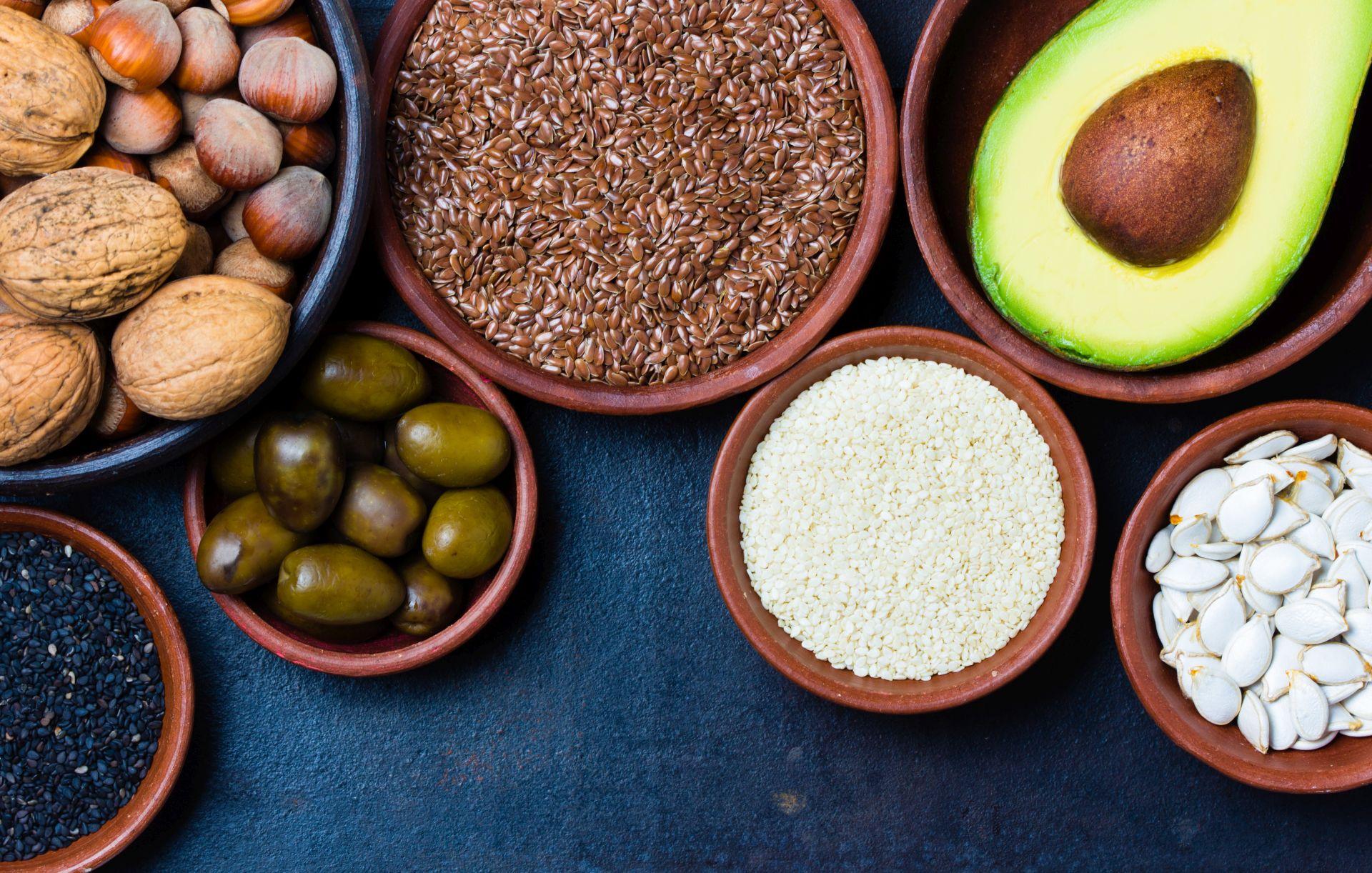 Źródła kwasów Omega-6 to nie tylko oleje roślinne i margaryny, ale także orzechy, pestki awokado - poznaj właściwości kwasów tłuszczowych Omega-6 i Omega-3.